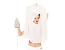 Mujer joven con la camisa y el hierro fotos de archivo libres de regalías