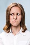 Mujer joven con la cara muy enojada Fotos de archivo