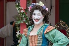 Mujer joven con la cara pintada y el traje medieval Imágenes de archivo libres de regalías