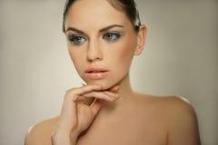 Mujer joven con la cara sana hermosa Imagen de archivo libre de regalías