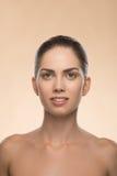 Mujer joven con la cara sana hermosa - aislada Fotografía de archivo libre de regalías