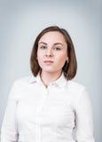 Mujer joven con la cara seria Imagenes de archivo