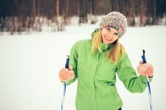 Mujer joven con la cara sonriente feliz del esquí Fotos de archivo
