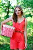 Mujer joven con la cesta rosada de la vendimia Fotografía de archivo libre de regalías