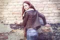 Mujer joven con la chaqueta de cuero Imagenes de archivo