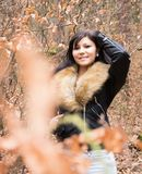 Mujer joven con la chaqueta de la piel fotografía de archivo