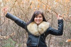 Mujer joven con la chaqueta IV de la piel Imagen de archivo