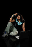Mujer joven con la computadora portátil Imagen de archivo