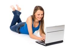 Mujer joven con la computadora portátil Fotografía de archivo libre de regalías