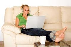 Mujer joven con la computadora portátil Imagenes de archivo