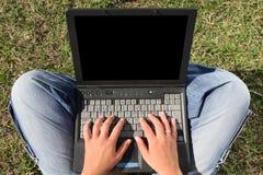 Mujer joven con la computadora portátil Fotos de archivo libres de regalías