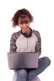 Mujer joven con la computadora portátil en el fondo aislado Imágenes de archivo libres de regalías