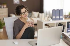 Mujer joven con la computadora portátil en el país imágenes de archivo libres de regalías