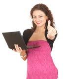 Mujer joven con la computadora portátil y el pulgar para arriba Fotos de archivo libres de regalías