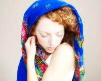 Mujer joven con la cubierta principal Imagenes de archivo