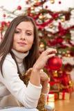 Mujer joven con la decoración de la Navidad Foto de archivo