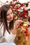 Mujer joven con la decoración de la Navidad Fotos de archivo libres de regalías