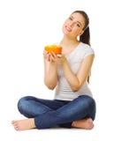 Mujer joven con la ensalada de fruta Foto de archivo