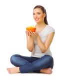 Mujer joven con la ensalada de fruta Fotografía de archivo