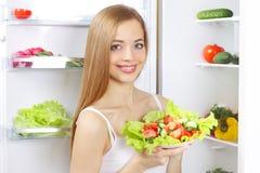 Mujer joven con la ensalada sana Fotografía de archivo libre de regalías