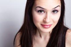 Mujer joven con la expresión linda de la cara Imagen de archivo