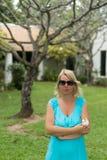 Mujer joven con la flor en jardín Fotografía de archivo libre de regalías