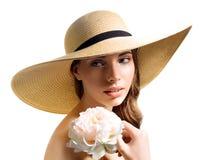 Mujer joven con la flor en sombrero de paja Imagenes de archivo