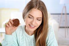 Mujer joven con la galleta Foto de archivo