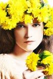 Mujer joven con la guirnalda de flores amarillas Imagen de archivo libre de regalías
