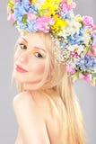Mujer joven con la guirnalda de la flor imagenes de archivo