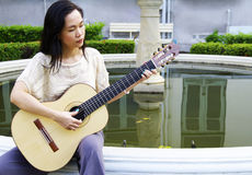 Mujer joven con la guitarra Imagen de archivo