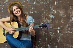 Mujer joven con la guitarra acústica Imágenes de archivo libres de regalías