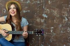 Mujer joven con la guitarra acústica Imagenes de archivo