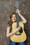 Mujer joven con la guitarra acústica Foto de archivo libre de regalías