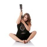 Mujer joven con la guitarra clásica negra Fotos de archivo