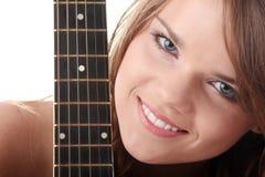Mujer joven con la guitarra clásica negra Imagenes de archivo