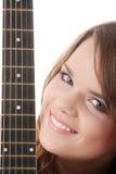 Mujer joven con la guitarra clásica negra Imagen de archivo
