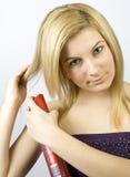 Mujer joven con la laca de pelo Fotos de archivo