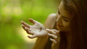 Mujer joven con la libélula almacen de metraje de vídeo