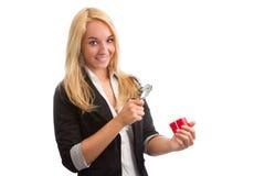 Mujer joven con la lupa y el presente Imagen de archivo libre de regalías