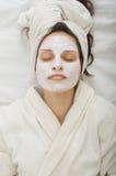 Mujer joven con la máscara facial Foto de archivo