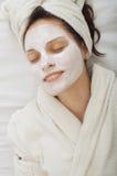 Mujer joven con la máscara facial imagen de archivo libre de regalías