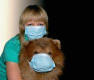 Mujer joven con la máscara y el perro de la protección Fotografía de archivo libre de regalías