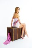 Mujer joven con la maleta Fotos de archivo libres de regalías