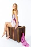 Mujer joven con la maleta Imagen de archivo libre de regalías