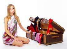 Mujer joven con la maleta Fotografía de archivo libre de regalías
