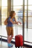 Mujer joven con la maleta en el aeropuerto Fotografía de archivo libre de regalías