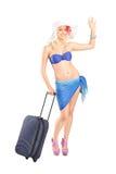 Mujer joven con la maleta que va en un día de fiesta Fotos de archivo