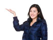 Mujer joven con la mano que muestra la muestra en blanco fotos de archivo