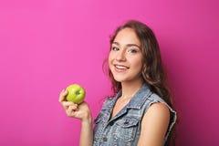 Mujer joven con la manzana Imagen de archivo